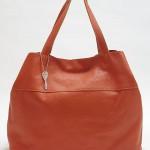 広末涼子のフードのコート【ナオミとカナコ】6話の衣装 赤バッグのブランドは?